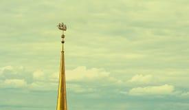 St Petersburg, Rusia, el Ministerio de marina, Shpi el Ministerio de marina en St Petersburg contra la perspectiva de un cielo nu Imagenes de archivo