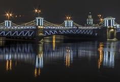 St/Petersburg, Rusia, el puente del palacio, adornado para la celebración del Año Nuevo en la noche Fotos de archivo