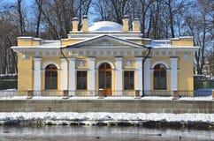 St Petersburg, Rusia, febrero, 27, 2018 Café Kofeynyhouse de St Petersburg en el terraplén del río de Fontanka en wint Imagenes de archivo