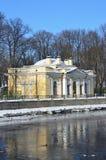 St Petersburg, Rusia, febrero, 27, 2018 Café Kofeynyhouse de St Petersburg en el terraplén del río de Fontanka en wint Foto de archivo