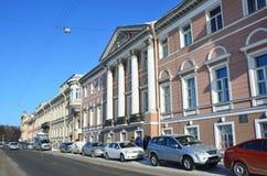 St Petersburg, Rusia, febrero, 27, 2018 Coches cerca de la casa de Pashkov, mansión de Levashov, 1836 años de construcción embank Fotografía de archivo libre de regalías