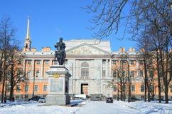 St Petersburg, Rusia, febrero, 27, 2018 El monumento al emperador Peter el castillo grande y de Mikhailovsky en el invierno i su  Imagen de archivo libre de regalías