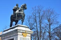 St Petersburg, Rusia, febrero, 27, 2018 El monumento al emperador Peter el grande delante del castillo de Mikhailovsky en el invi Imagen de archivo