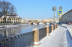St Petersburg, Rusia, febrero, 27, 2018 Fragmento del palacio de verano de Peter el grande en St Petersburg y el ri de Fontanka Foto de archivo
