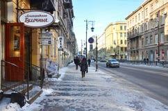 St Petersburg, Rusia, febrero, 27, 2018 Gente del St que camina en la calle de Pestel por la mañana del invierno Imagen de archivo