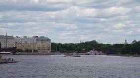 St Petersburg, Rusia, junio de 2018: Peter And Paul Fortress y panorama de Neva River en el centro histórico del santo almacen de video