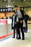 St Petersburg Rusia 10 12 2018 juntan el hombre y a la muchacha que caminan en centro comercial con compras fotografía de archivo