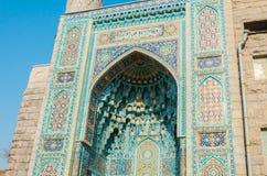 St Petersburg, Rusia - 04 26 2019: La mezquita de la catedral La entrada a la mezquita de la catedral se adorna con los medallone fotos de archivo