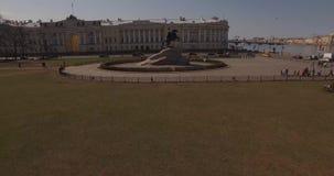 St Petersburg Rusia la primavera de bronce del jinete almacen de metraje de vídeo