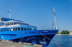 St Petersburg, Rusia - 07 16 2018: Lago swan del barco de cruceros en el embarcadero en un d?a soleado claro Las traves?as del r? foto de archivo