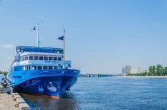 St Petersburg, Rusia - 07 16 2018: Lago swan del barco de cruceros en el embarcadero en un d?a soleado claro Las traves?as del r? fotos de archivo