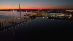 St Petersburg, Rusia Las vistas a?reas al estadio de la arena de Gazprom seg?n lo conocido como estadio de la arena y de Krestovs almacen de metraje de vídeo