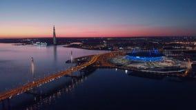St Petersburg, Rusia Las vistas a?reas al estadio de la arena de Gazprom seg?n lo conocido como estadio de la arena y de Krestovs almacen de video
