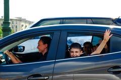 St Petersburg Rusia 05 18 2018 Mamá que conduce un coche con los niños fotos de archivo