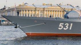 St Petersburg, Rusia - 07/23/2018: Preparación para el desfile naval - corbeta Soobrazitelnyy fotos de archivo