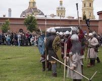 St Petersburg, Rusia - 28 pueden 2016: batalla de los Vikingos La reconstrucción y el festival históricos pueden 28, 2016, en el  Fotos de archivo libres de regalías