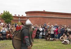 St Petersburg, Rusia - pueden 28, 2016: Vikingos van lucha en la reconstrucción histórica de los 28 pueden, 2016, en el santo Pet Fotos de archivo libres de regalías