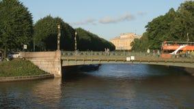 ST PETERSBURG, RUSIA: Puente en el río de Moyka en el verano almacen de metraje de vídeo