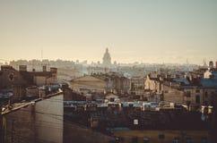 St Petersburg, Rusia, septiembre de 2018: Paisaje urbano hermoso Opinión del tejado sobre catedral del ` s de Isaac del santo y e fotografía de archivo libre de regalías