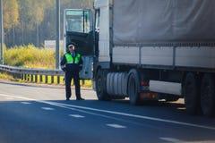 ST PETERSBURG, RUSIA - SEPTIEMBRE DE 2018: policía sonriente del camino imagen de archivo