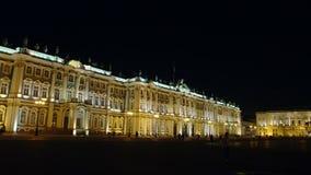 St Petersburg, Rusia: Tiro ancho del edificio iluminado de la ermita del estado en la noche almacen de video