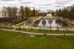 St Petersburg, Rusia, Tsarskoye Selo en Pushkin 10 de mayo de 2019 Los parques que caminan saltan imágenes de archivo libres de regalías