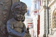 St. Petersburg, Rusland, April 2019 Een fragment van het openbare decor van een straatlantaarn in het stadscentrum stock afbeeldingen