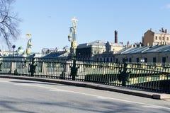 St. Petersburg, Rusland, April 2019 Weergeven van de brug over de Fontanka-Rivier en de omringende stad stock foto's