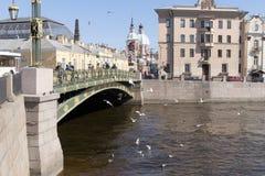 St. Petersburg, Rusland, April 2019 Weergeven van de brug over de Fontanka-Rivier en de weg in het stadscentrum royalty-vrije stock afbeelding