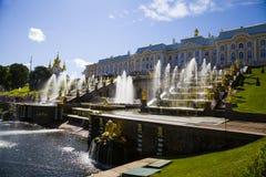 ST. PETERSBURG, RUSLAND - AUGUSTUS 2, 2015: Grote cascade in Perterg Stock Afbeeldingen