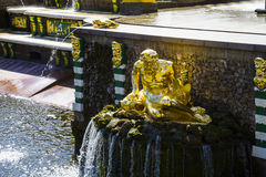 ST. PETERSBURG, RUSLAND - AUGUSTUS 2, 2015: Grote cascade in Perterg Royalty-vrije Stock Foto