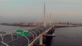 St. Petersburg, Rusland - Augustus 21, 2018: panorama van de stad die de kabel-gebleven brug overzien stock videobeelden