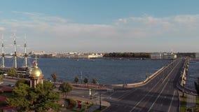 St. Petersburg, Rusland - Augustus 21, 2018: panorama van de stad met meningen van de Peter en van Paul vesting, brug stock footage