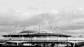 ST PETERSBURG, RUSLAND-CIRCA AUGUSTUS, 2017: De nieuwe bouw van stadion van de Zenit-Arena het Krestovsky-Stadion, WHSD-weg en to Royalty-vrije Stock Afbeeldingen