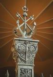 ST PETERSBURG, RUSLAND: De mening over historisch het symboolanker van de monumentenmarine dichtbij de bouw van Admiraliteit van  Stock Afbeeldingen