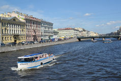 ST Petersburg, Rusland De Witte nacht ` van het excursieschip ` drijft onderaan de rivier aan Fontanka Stock Foto