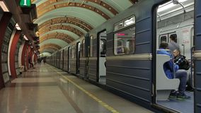 St Petersburg Rusland 3 december, metro van 2018 post Obvodny Kanal stock footage