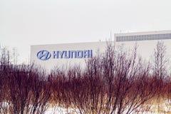 St. Petersburg, Rusland - December 25, 2018: voorgevel van de Hyundai-autofabriek op de rand van de stad stock fotografie