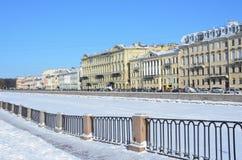 St. Petersburg, Rusland, 27 Februari, 2018 Heilige Petersburg, dijk van de Fontanka-rivier in de winter Huizen 24, 26, 28, 30 stock fotografie
