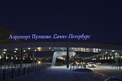 St. Petersburg Rusland - 10 Februari, 2019: Nacht die dichtbij het eindgebouw van de Internationale Luchthaven van Pulkovo schiet stock fotografie