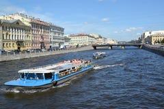 ST Petersburg, Rusland Het excursieschip met toeristen drijft onderaan de rivier aan Fontanka Royalty-vrije Stock Foto