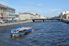 ST Petersburg, Rusland Het excursieschip met toeristen drijft onderaan de rivier aan Fontanka in de zonnige dag Stock Fotografie