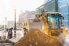 St. Petersburg, Rusland - Januari 28, 2019: Ongeval op de het verwarmen lijn onder de grond - dikke stoom van onder het riool royalty-vrije stock afbeeldingen