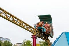 St. Petersburg, Rusland - Juli 10, 2018: De aantrekkelijkheid in het stadspark is de cabine van de achtbaan royalty-vrije stock afbeeldingen