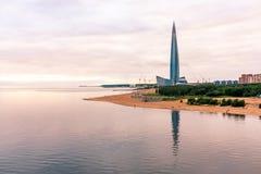 St. Petersburg, Rusland - Juli 10, 2018: De Toren van het Lakhtacentrum in St. Petersburg, mening van de Jachtbrug royalty-vrije stock afbeeldingen