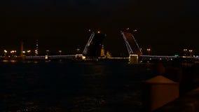 ST PETERSBURG, RUSLAND - JULI 9, 2016: Het schip gaat onder de opgeheven Paleisbrug over in St. Petersburg stock videobeelden