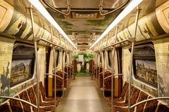 ST. PETERSBURG, RUSLAND - JULI 28, 2018: Literaire trein metroauto met beelden en citaten van de boeken van A S pushkin royalty-vrije stock foto's