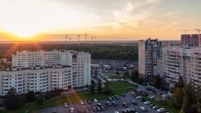 St. Petersburg, Rusland - Juli 24, 2018: Stadslandschap - high-rise gebouwen op de rand van de stad bij zonsondergang stock afbeeldingen