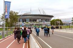 St. Petersburg, Rusland - Juli 10, 2018: Weergeven van het Stadion en de Jachtbrug met mensen die vóór een voetbalwedstrijd in St stock foto