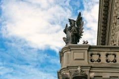 St. Petersburg, Rusland - 28 Juni 2017: De standbeelden van mythische dieren verfraaien de voorgevels van gebouwen in St. Petersb Royalty-vrije Stock Fotografie